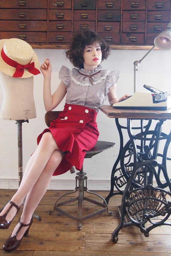 カンカン帽 ¥10,800-  <br> フリルカラー ブラウス ¥14,800- <br> バックリボン タイトスカート ¥19,800-(5月入荷予定)  <br> シューズ(参考商品)