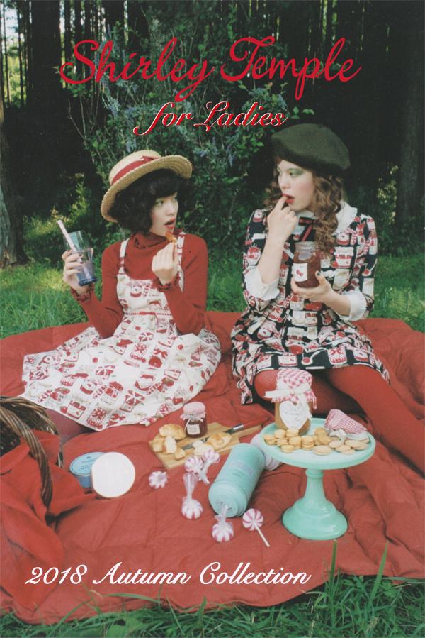 (左)<br>ジャム瓶pt.ベビードール¥27,800-<br>ロゴ刺繍タートルニット¥11,800-<br>カンカン帽¥10,800-<br>(右)<br>ジャム瓶pt.ワンピース¥29,000-